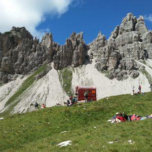 De omgeving van Poffabro met de reusachtige Dolomieten op de achtergrond.